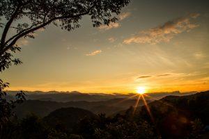 Técnica do cartão preto parafotografar o nascer e o pôr-do-sol