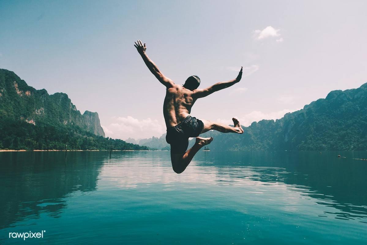 Foto de alguém mergulhando