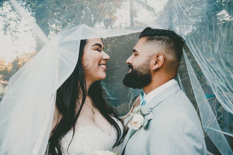 Casal se olhando no casamento