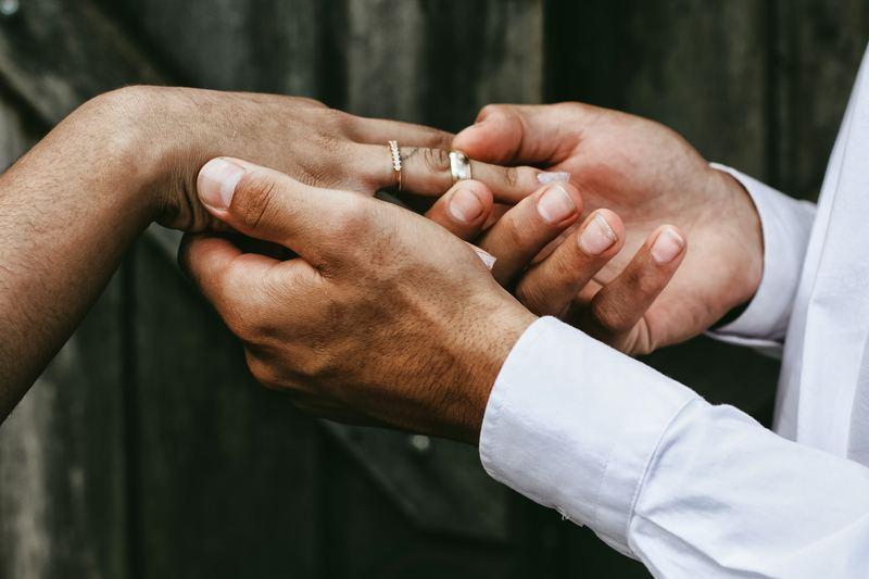 Noivo colocando aliança