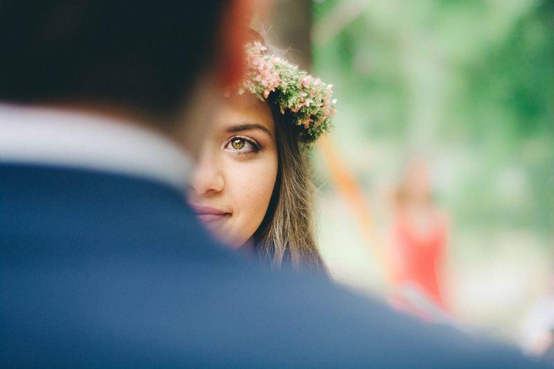 Foto com dois planos de noivos se olhando