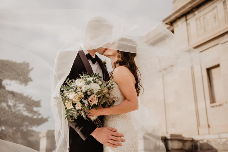 Noivos se beijando com o buque