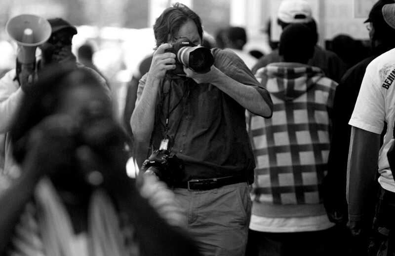Fotografo captando imagem em preto e branco