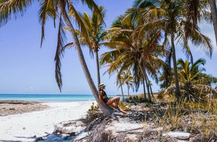 Paisagem com mulher posando na praia