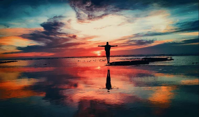 Pessoa posando no pôr do sol da praia