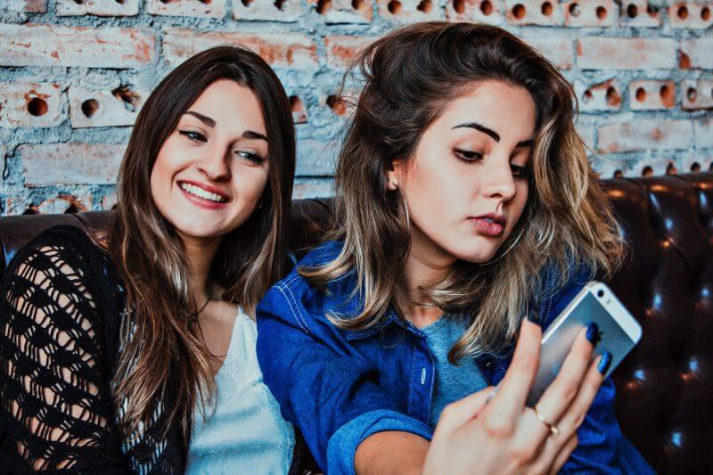 Duas meninas tirando selfie